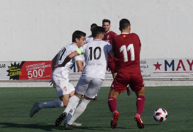 Pablo Haro y Titi pelean un balón con Trabazo.
