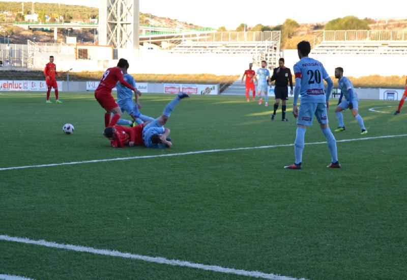El partido estuvo muy dividido en el centro del campo con pérdidas por uno y otro equipo.